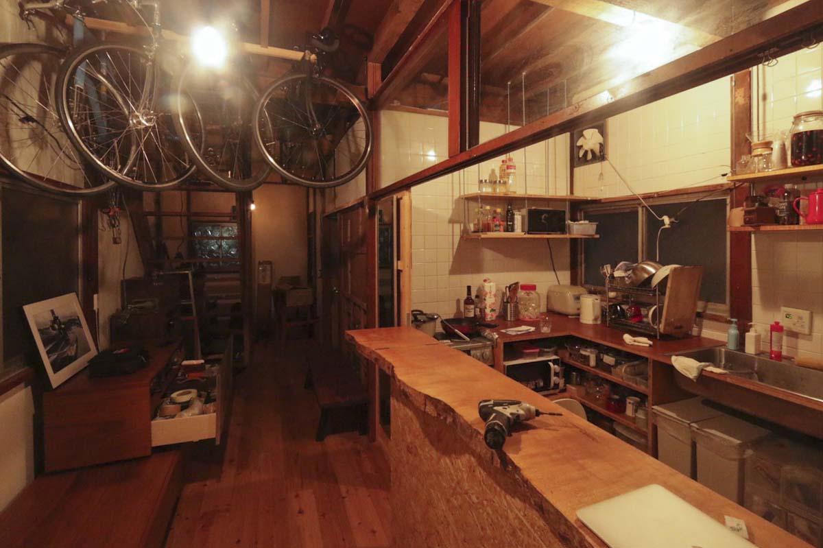 1階:床を張り、キッチンも取り付けました(写真はリノベーション完了当時のもの)