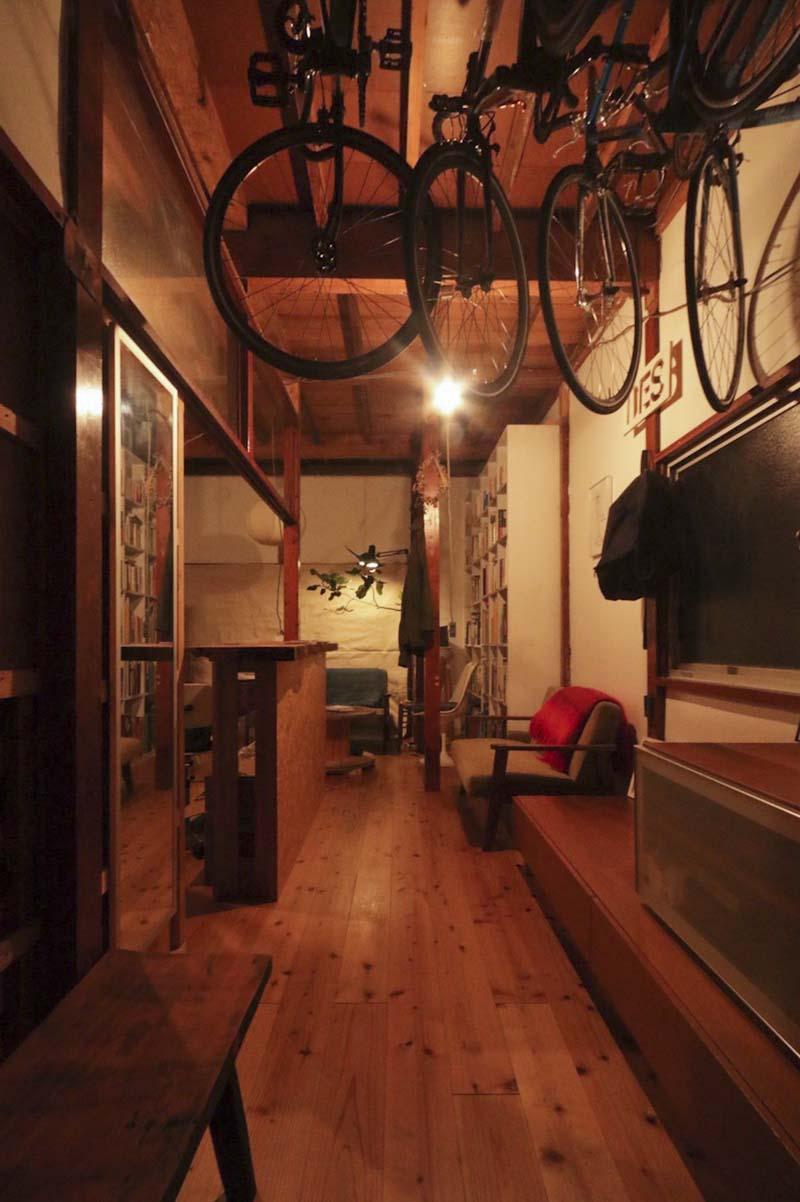 1階:天井が抜かれ、床は無垢のフローリング(写真はリノベーション完了当時のもの)