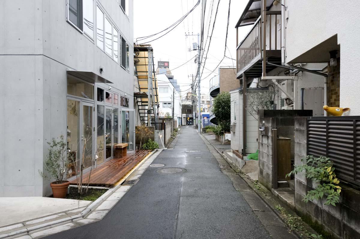 物件前の道。左に見えるのがクラフトビールとコーヒーの店です