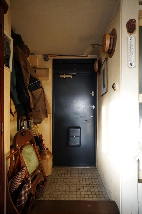 玄関扉の上にはさりげなくフライフィッシング用の釣り竿。遊び心が散りばめられています
