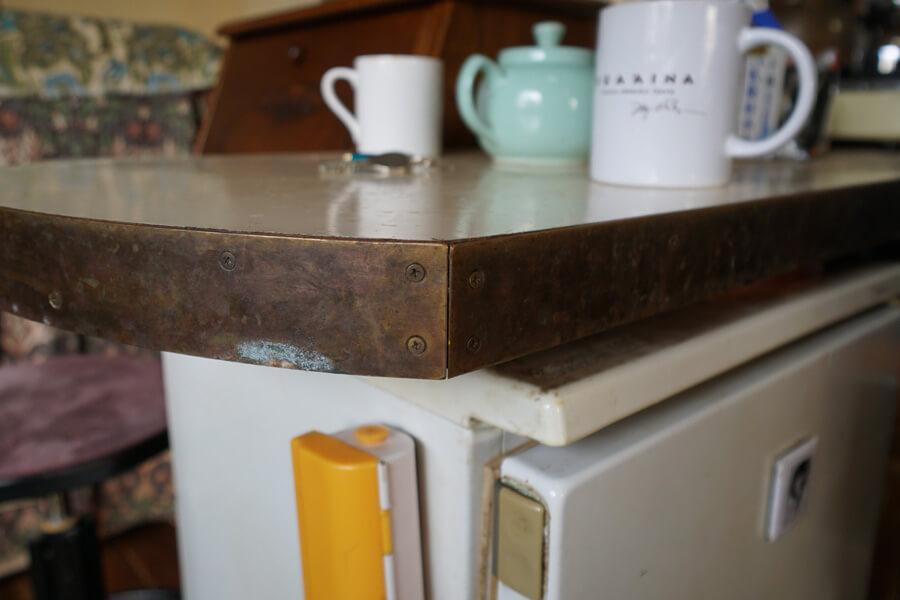 キッチンの作業台の小口は真鍮。磨けばまた光ります
