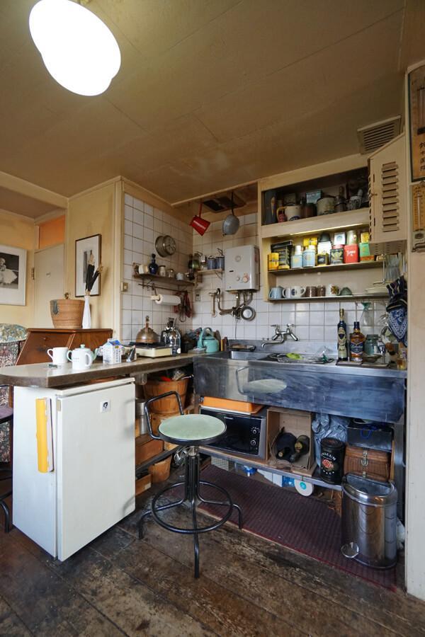 キッチンの流しは業務用で無骨な感じ。ハイスツールが似合う