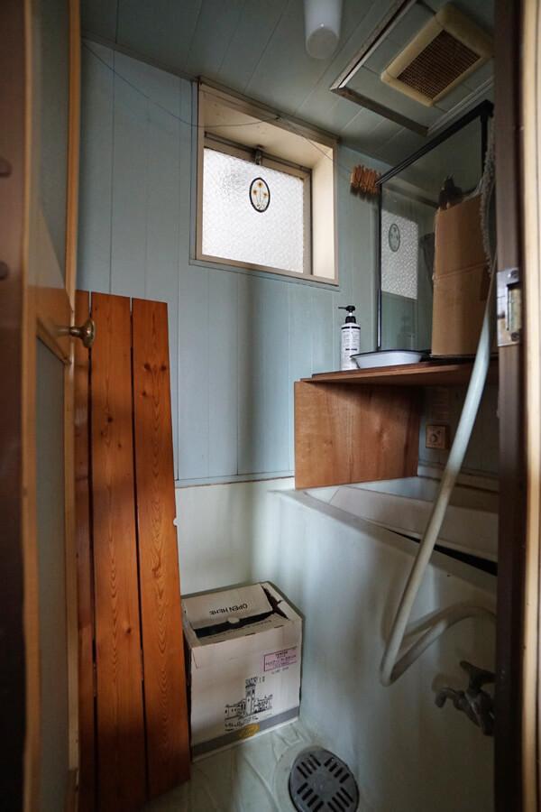 今は洗面所で使用している浴室。ここは交換した方が良さそう
