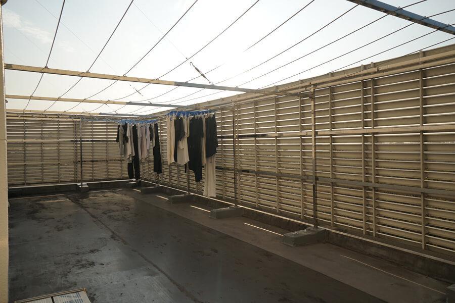 7階に共用の物干しスペースが。オーナーもここでたまに日向ぼっこするらしいです