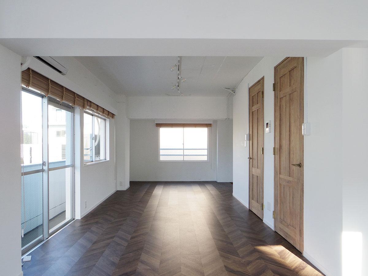 南側から玄関方向。壁面は白く塗装されいい感じの質感