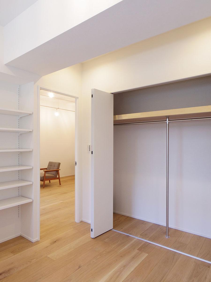約4.8畳の部屋。大きめのクローゼットと高さ調節可能な棚が設けられている