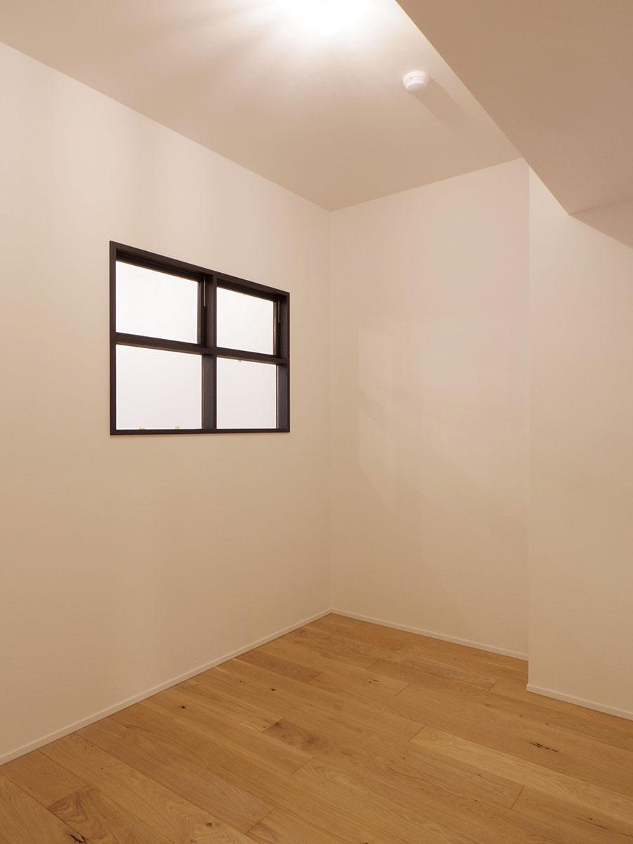 約4.1畳の部屋。壁窓でリビングからの光を取り込む