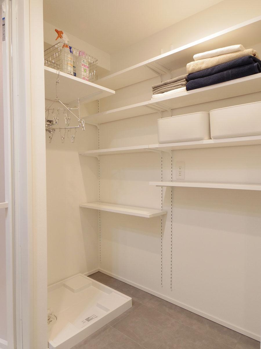 洗濯機の横には棚が設置済み