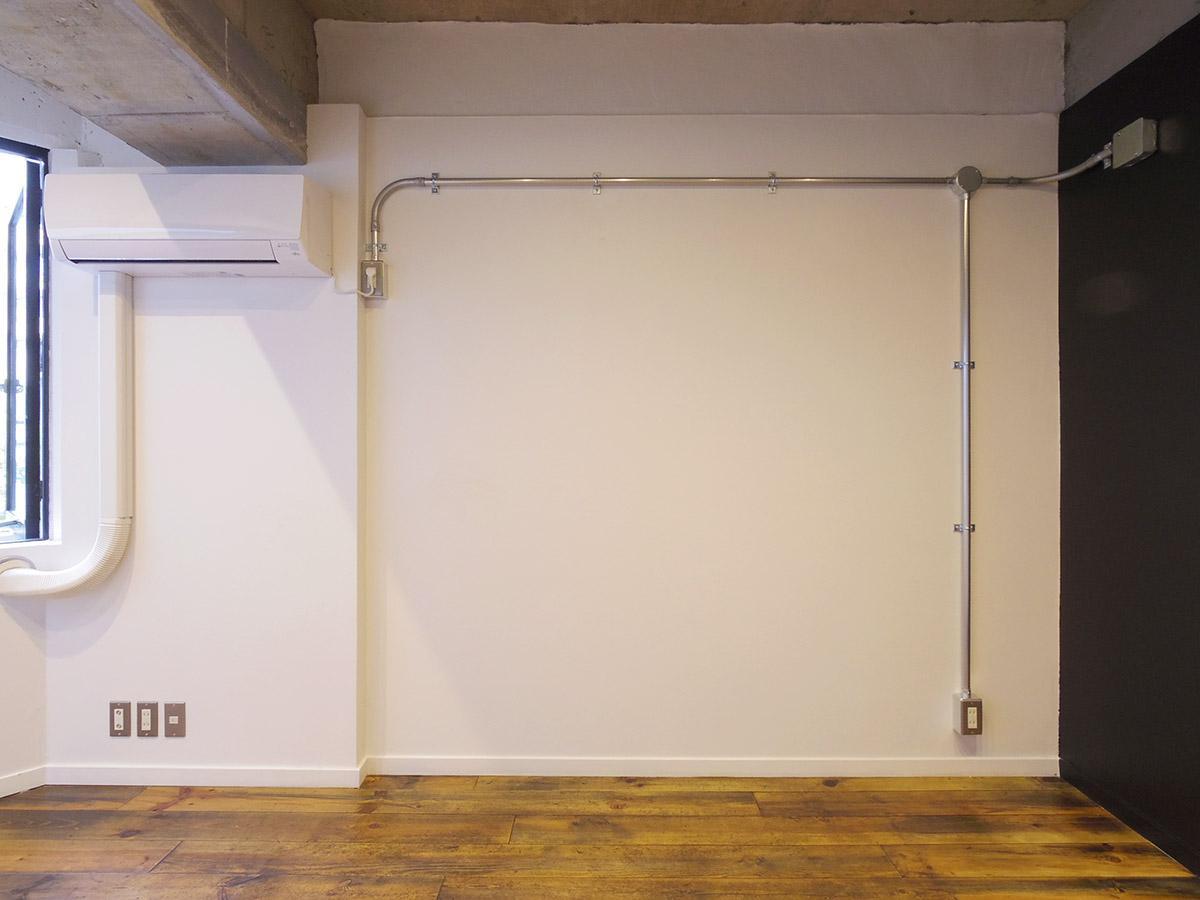 コンクリ、白壁、無垢床で武骨ながらも柔らかい空間に仕上がっている