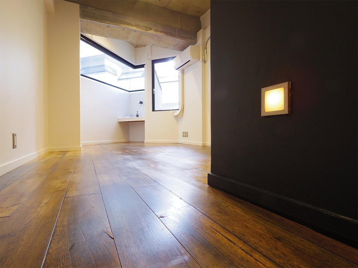 照明が足元を優しく照らす。味わいのある無垢床もいい感じ