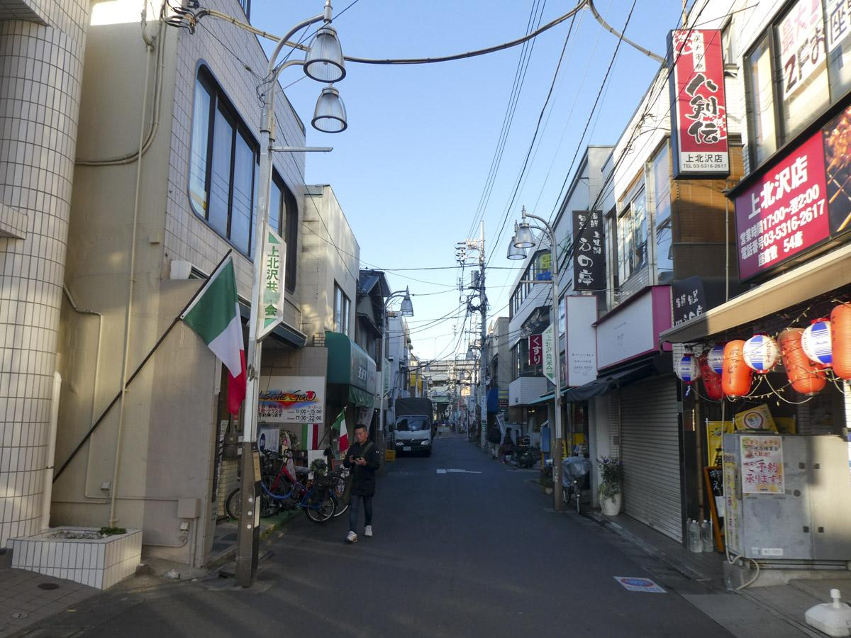 駅前には小さな商店街