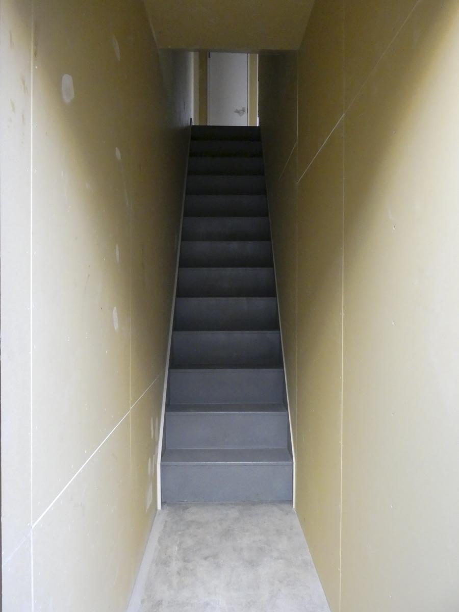 2階に上がる階段。ドアがないので設置する必要がある