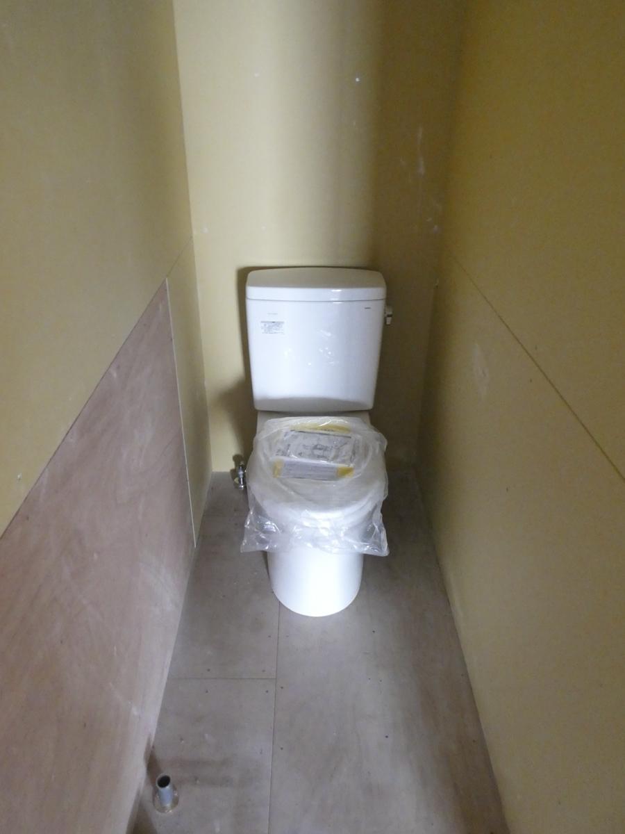 トイレは新品。照明の引き込みが必要
