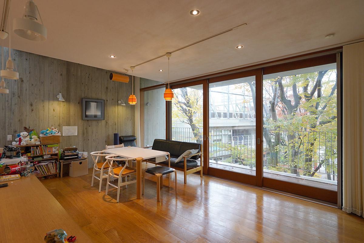木製サッシ3枚を開口すれば室内と屋外がつながります