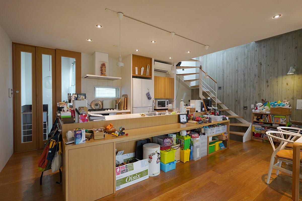 ワイドなキッチンはカウンターが勉強机になっています