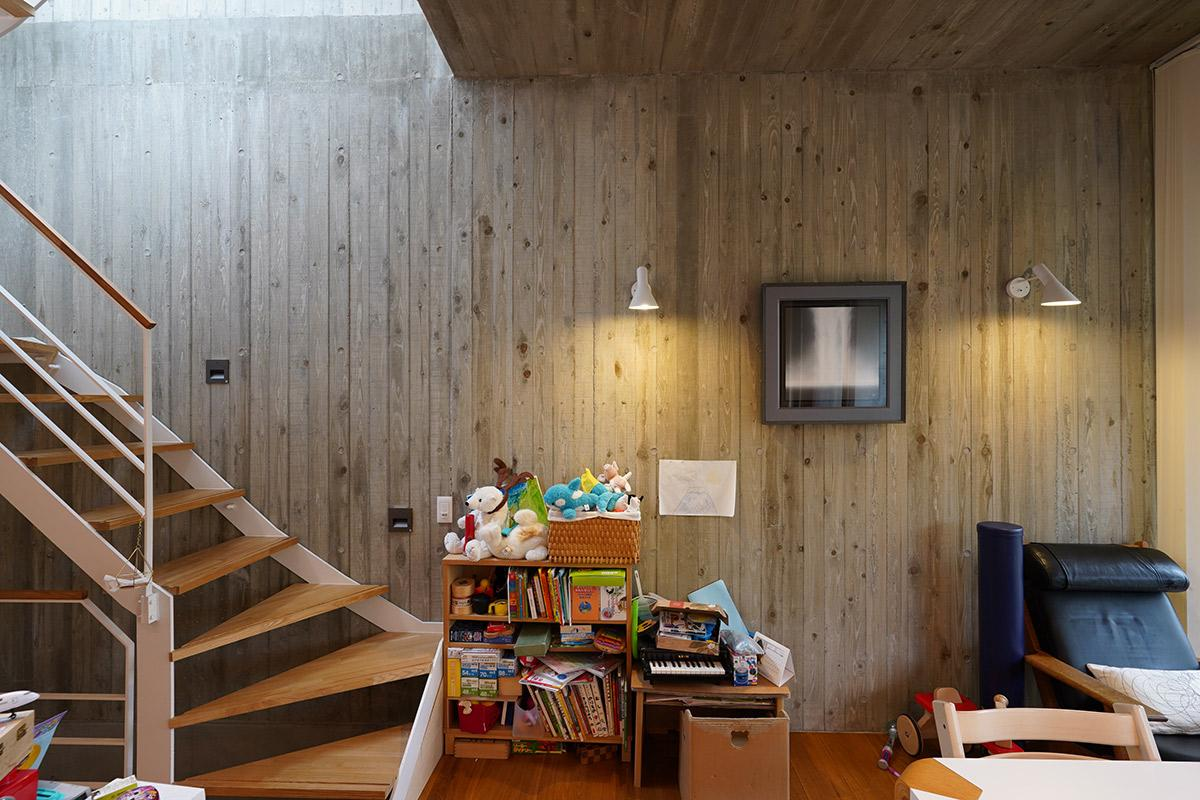 杉板本実型枠コンクリート工法で仕上げられた、温かみを感じる壁面