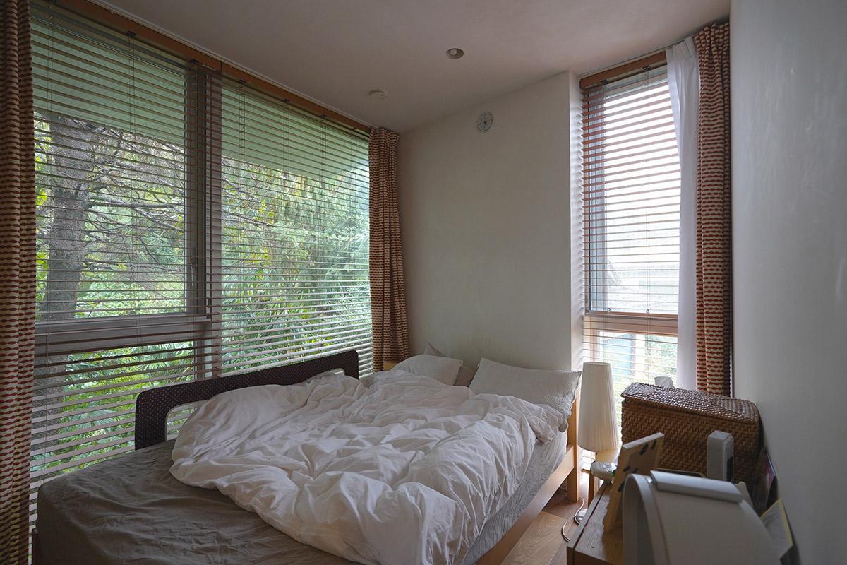 寝室もご覧の通り緑に囲まれ、山荘に来たような錯覚があります