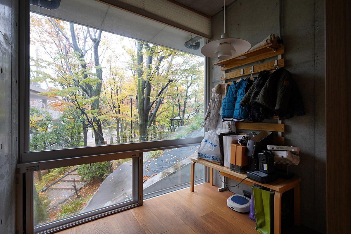 玄関入ってすぐの前室は、接客スペースとしても、書斎としてもよさそう