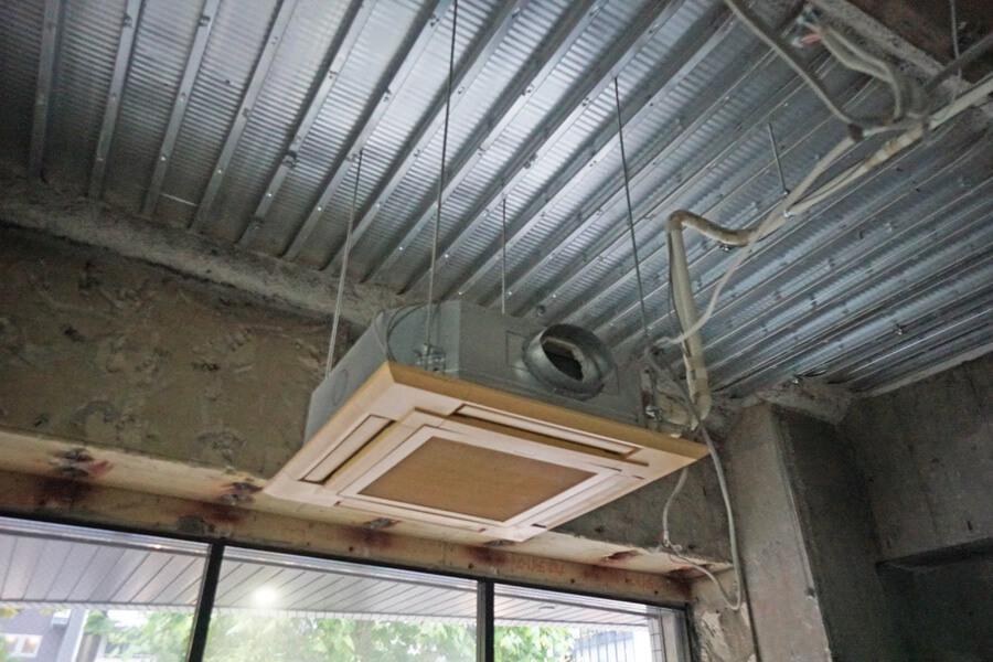 天井の一部は、こんな感じ。エアコンは残置物扱い