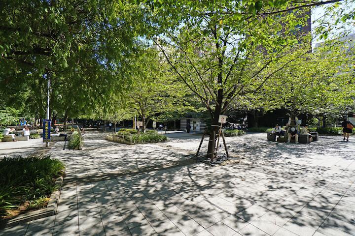 物件すぐ側の桜川公園。温かい季節は賑やか。写真を撮影したのは夏前