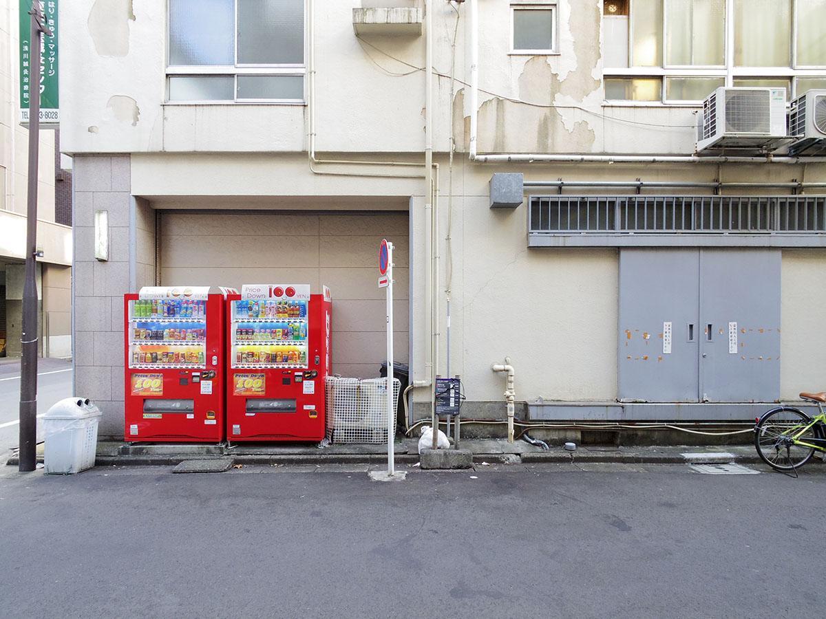 自動販売機がある後ろの壁と、右側のグレーの扉部分が改装可能