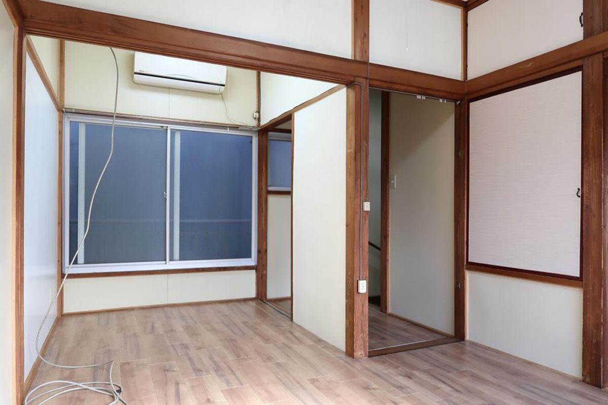2階:木がところどころに用いられた、あたたかい雰囲気の室内