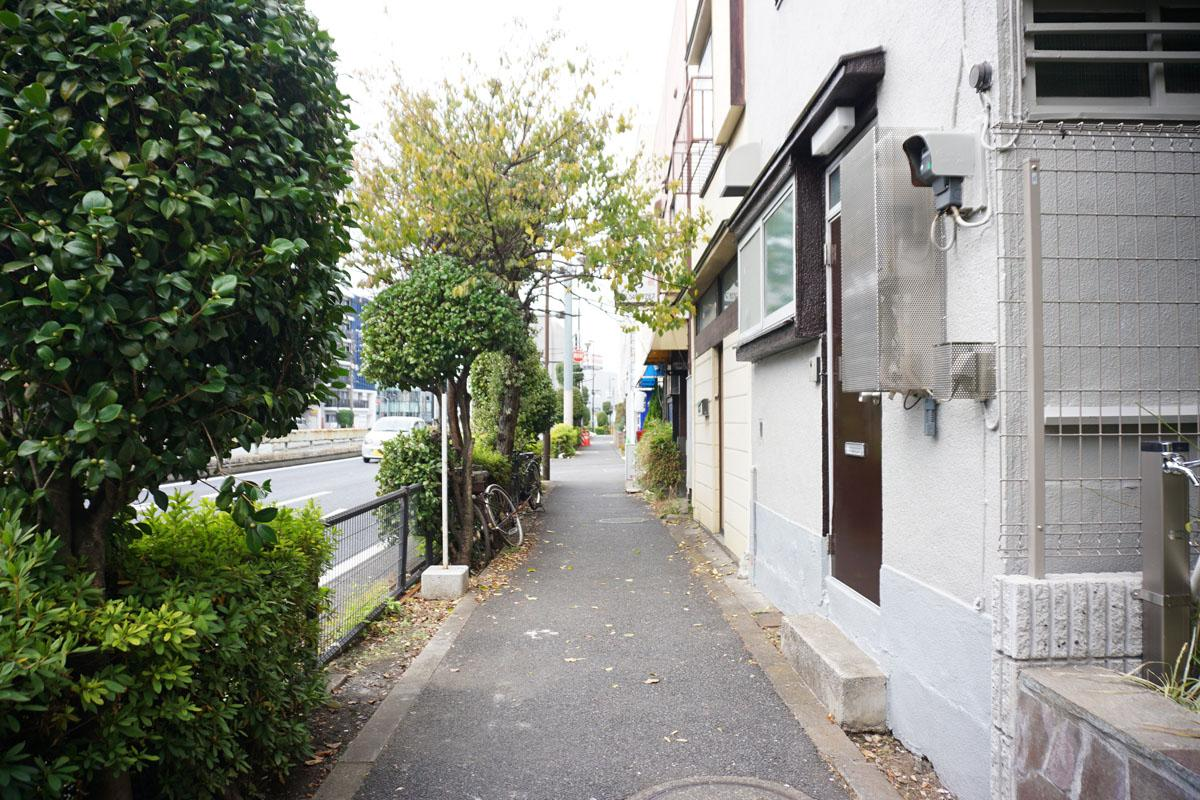 全面道路、数軒先には昔ながらのご飯屋さんがある