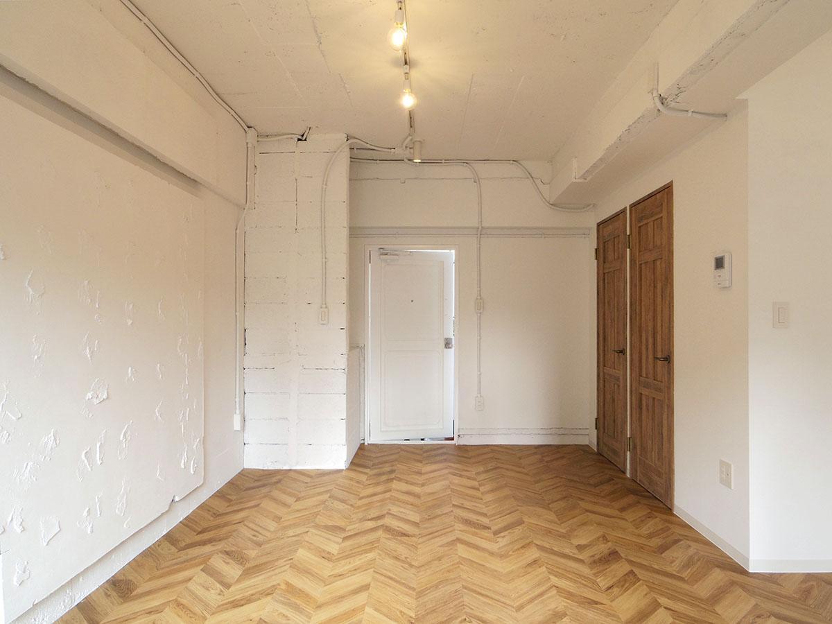 入り口からすぐにこの空間。廊下が室内にない分、想像以上に広く感じる