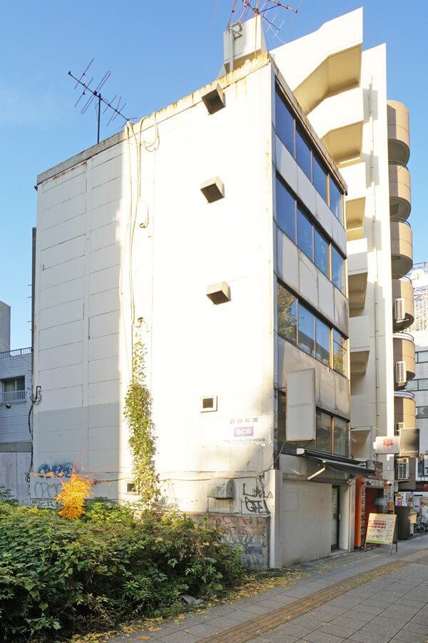 小さなビルの1・2階です