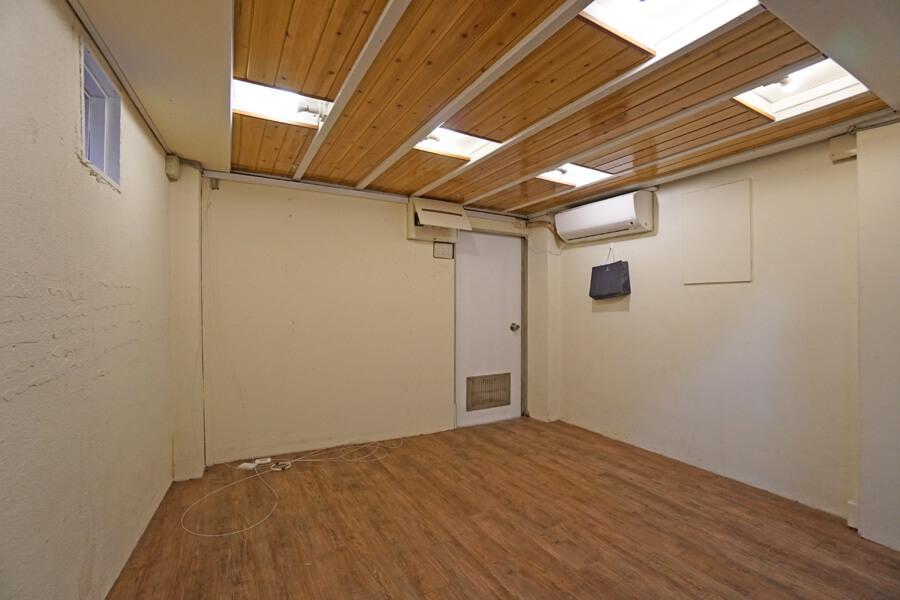 2階。扉の奥は手洗いとトイレです