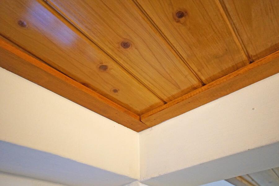 天井は木材が貼られています