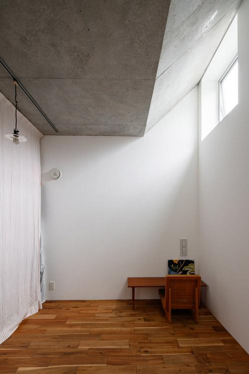 寝室。高い位置の窓から入る光がきれい