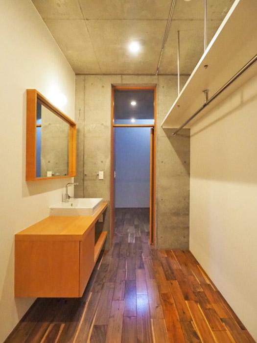 洗面台が廊下に幅が広くゆったり使える