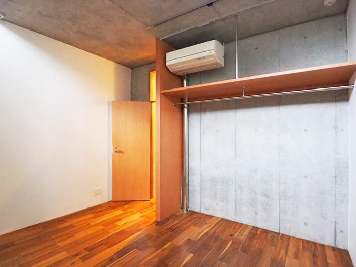 寝室。収納はオープンにつかってもいいし、天井にあるレールから布を下げるような使い方でもいい