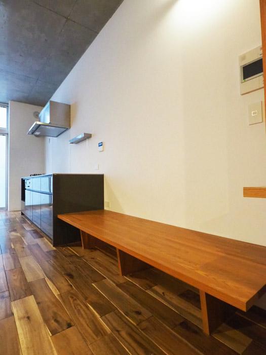 キッチン脇につくられたベンチ。幅がしっかりとあるので、クッションを置いてソファがわりに使える