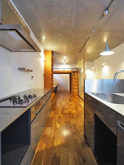 キッチン。広い作業台に食洗機もついていて機能的