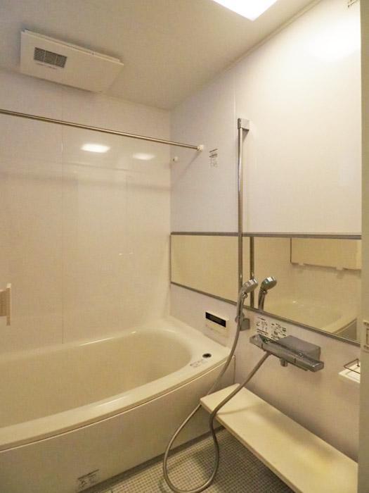 浴室には追いだき機能、浴室乾燥暖房機がついている。窓もあるので、自然換気もできる