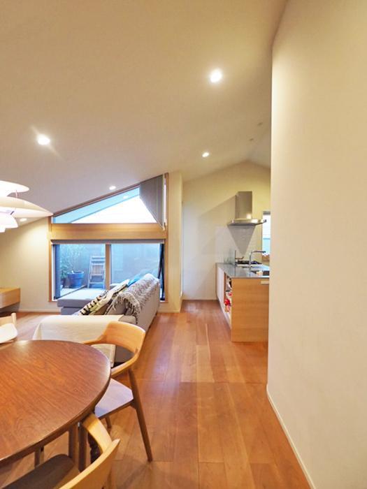 勾配天井に合わせて、ダイニングやソファのスペースが収まりよくレイアウトできる