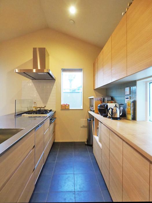 大きな食器棚に食器洗浄機。機能的で使いやすいキッチン