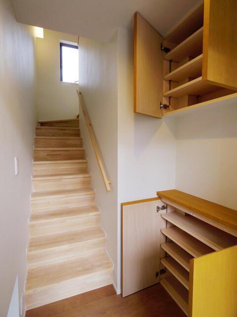 玄関を入ると2階へあがる階段が待っている(新築時の写真)