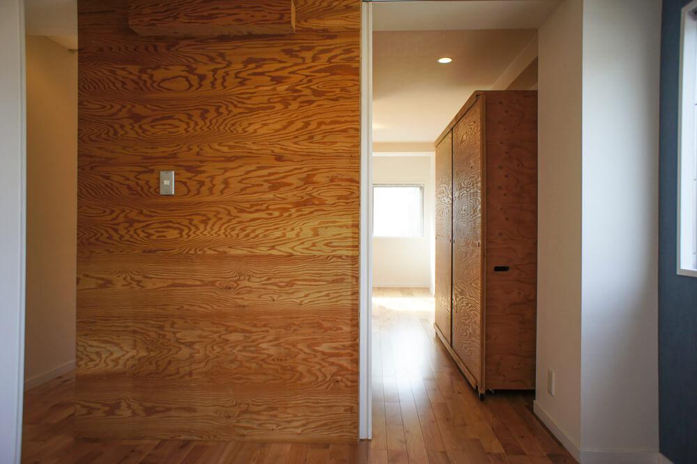 寝室は引き戸で仕切れます。右手に見えるのは可動式のクローゼット