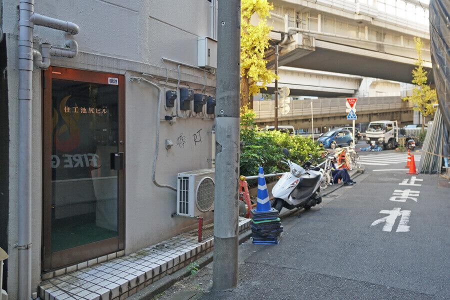 玉川通りの裏手に入口があります。共用部や外壁は貸主がきれいにする予定です