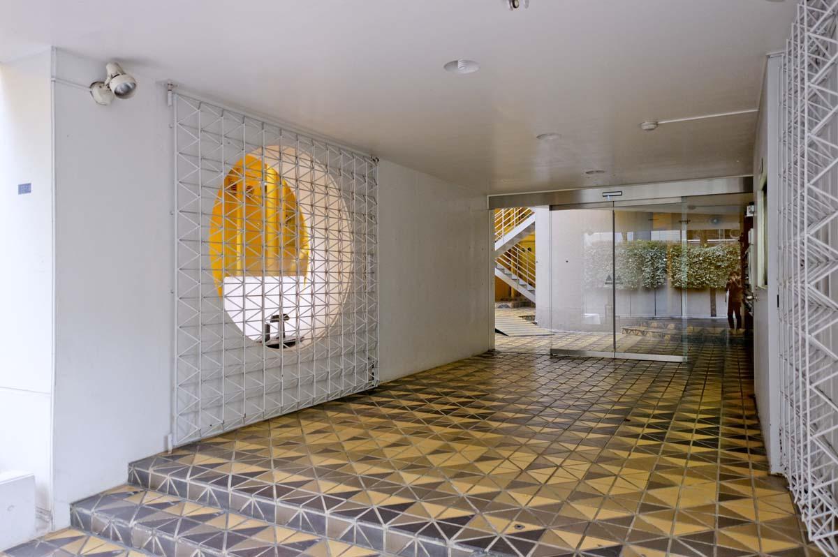 キーカラーのレモンイエローと幾何学模様の床が印象的