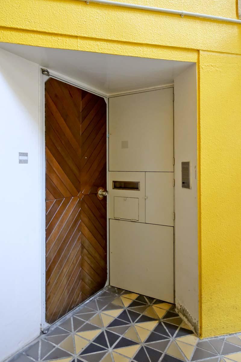 経年変化が美しい無垢の木を使った玄関扉
