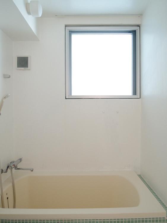 風呂横にも大きな窓。窓の向こうはベランダ