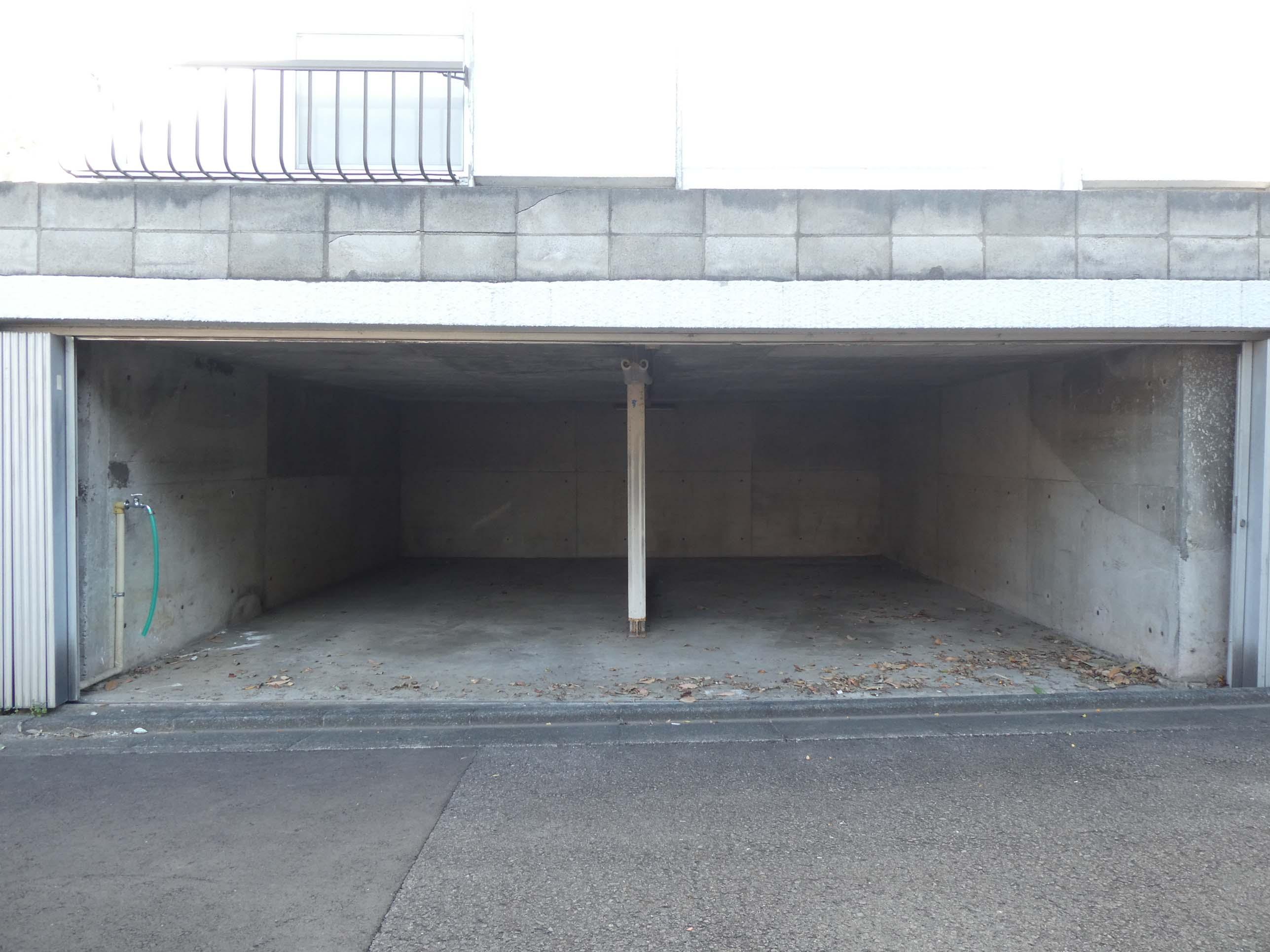 駐車場。入り口の高さ約1.5mに注意