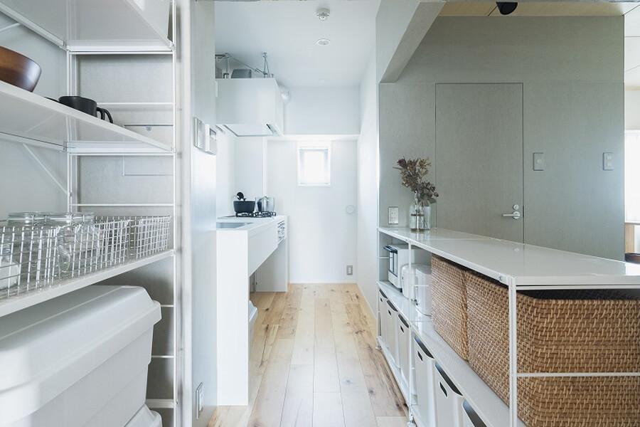 キッチンも使いやすく棚などが配置されています。ちなみに、これらの家具がついての販売です