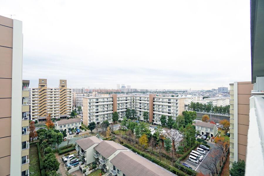 バルコニーからの眺望。あいにくの曇り空でしたが、抜けのある景色と広い空が楽しまめす