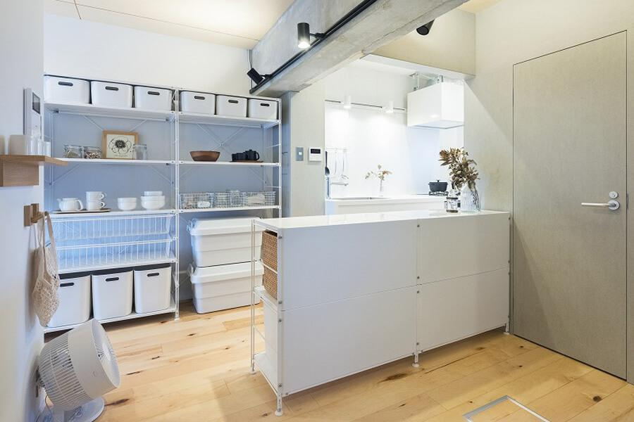 流しやコンロは奥のキッチンに。手前の白い棚には調理家電などを置くと使いやすそう