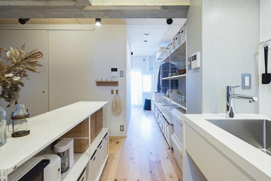 キッチンと寝室の間にも仕切りがないので日の光がキッチンまで届きます